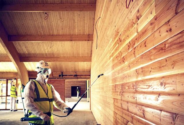 Цель защиты деревянной конструкции от возгорания — это повышение ее общего предела огнестойкости с тем, чтобы в процессе горения она дольше сопротивлялась возгоранию. Для этого необходимо провести конструктивную или химическую защиту от возгорания.